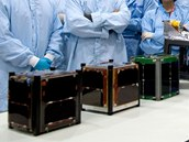 Družice jako z pásu. Tři družice typu Cubesat, které se svezou na palubě první