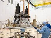 Předstartovní příprava satelitu Lares, s jehož pomocí by mělo být možné