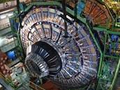 Z�b�r sestavov�n� detektoru CMS na urychlova�i LHC. Je to jeden ze dvou nejv�t��ch detektor� v tunelu pod st�ediskem CERN, kter� odv�d� hlavn� d�l pr�ce p�i hled�n� Higgsova bosonu