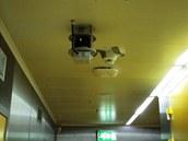Nouzové desinfekční zařízení na stropě laboratoře