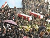 Syřané nesou pohřebním průvodem rakve s těly padlých demontrantů. Ti byli v