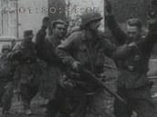 Američané při pouličních bojích zatýkají německé vojáky
