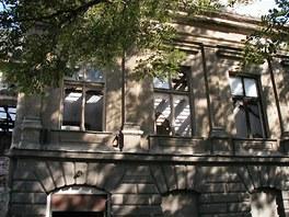 Reprezentativn� budova St�elnice v �atci z 20. let 19. stolet� za�ala ch�trat