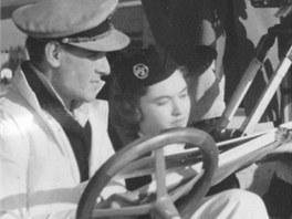 Miloš Forman (za volantem, celý v bílem) při natáčení filmu Dědeček automobil