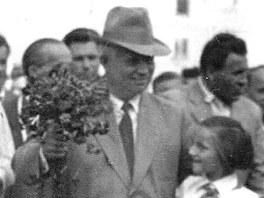 Sovětský vládce Nikita Chruščov (v klobouku) na návštěvě Ostravy-Poruby v roce