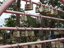 Plot určený pro zamykání lásky (zámeček koupíte ve stánku za 40 korun a klíč...