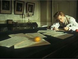 Tom Hulce jako Mozart ve Formanově filmu Amadeus