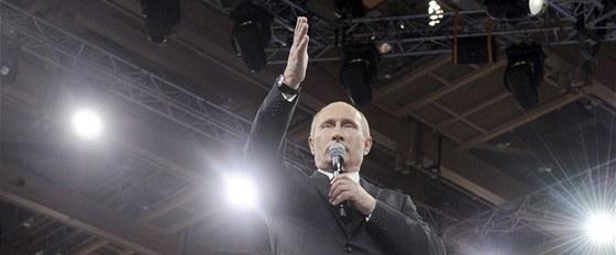 Ruský premiér Vladimir Putin hovoří ke svým stoupencům. (29. února 2012)