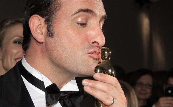 Herec Jean Dujardin se mazlí se svým Oscarem za hlavní mužkou roli ve filmu