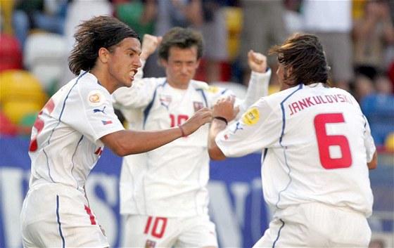 Marek Jankulovski a Milan Baroš se radují z gólu v zápase proti Lotyšsku na Euru 2004 v Portugalsku.