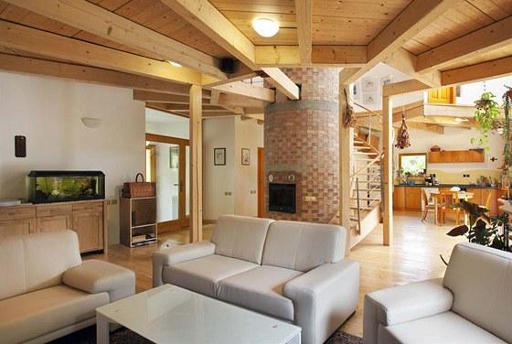 Společnému obývacímu prostoru vévodí vějíř stropních trámů, které jsou částečně