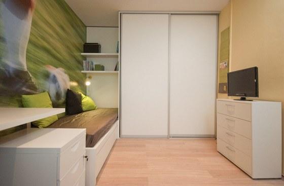 Posuvné dveře nevedou jen do skříně, ale také do komory.
