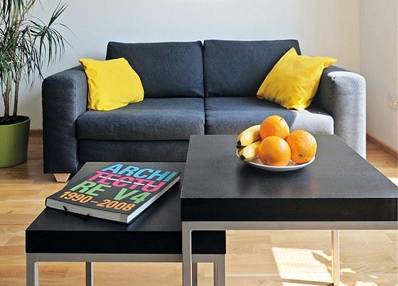 Dánská rozkládací sedačka značky Softline je centrem odpočinkové zóny vpokoji.