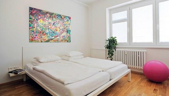 Ložnice laděná vbílé barvě působí elegantně a čistě. Kovová postel zhotovená