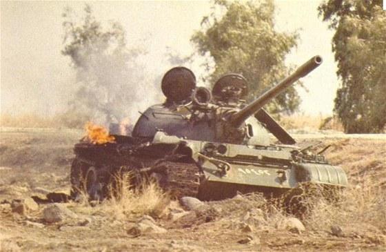 Páteř syrských vojsk tvořily tanky řady T-54 a T-55, vpravo od hlavně je vidět