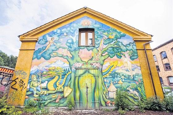 Většinu zdí bývalých kasáren zdobí barevná graffiti.