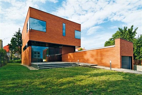 Rodinný dům K Zahrádkám má okna zalícovaná s fasádou, což vytváří dojem