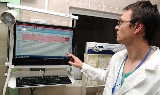 Léka� Petr Waldauf ukazuje práci s novým klinickým informa�ním systémem.