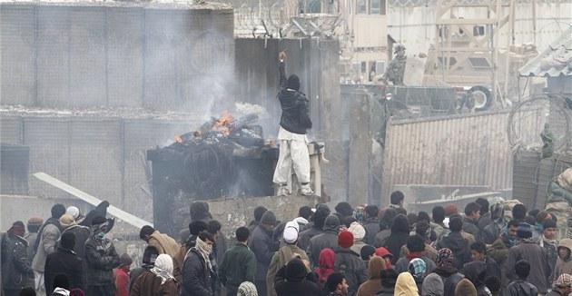 Rozzu�ení Afghánci protestují proti údajnému pálení Korán� (21. února 2012)