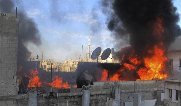 Po�ár ve �tvrti Bábá Amr v syrském m�st� Homs (22. února 2012)