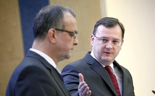 Miroslav Kalousek a Petr Ne�as p�i tiskové konferenci na Ú�adu vlády (27. února