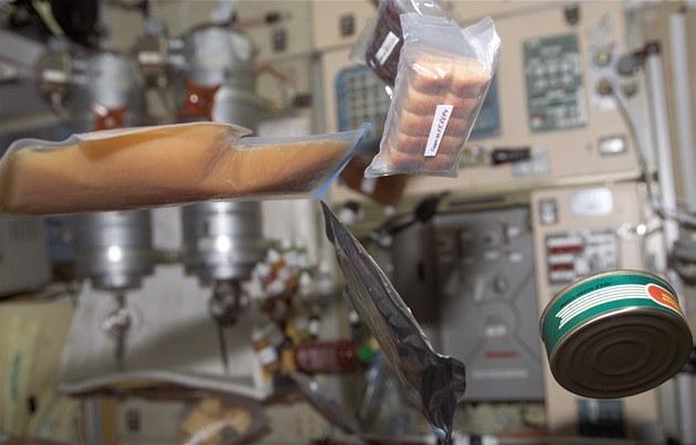 Ukázka n�kolika jídel pro astronauty p�ímo z ISS. Na obrázku jsou: meru�ková...