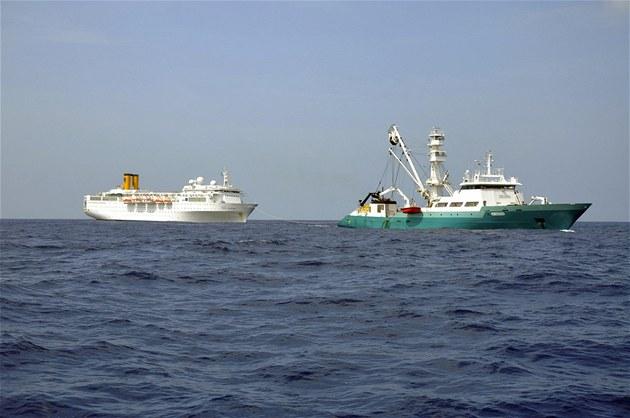 Po�kozenou Costu Allegru táhne francouzská rybá�ská lo�  Trevignon (28. února