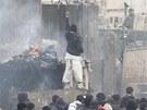 Rozzu�en� Afgh�nci protestuj� proti �dajn�mu p�len� Kor�n� (21. �nora 2012)