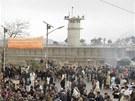 Rozzuření Afghánci protestují proti údajnému pálení Koránů (21. února 2012)