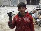 Syrsk� chlapec z Homsu ukazuje st�epinu z d�lost�eleck�ho gran�tu (28. �nora