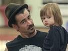 Colin Farrell se svým mladším synem Henrym, jehož matkou je polská herečka Alicja Bachleda. Irský drsňák má ještě osmiletého syna Jamese z předchozího vztahu s modelkou Kim Bordenave.