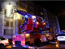 Hasi�i p�i evakuaci lid� z domu v Praze 9