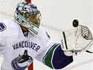 M�M. Roberto Luongo, brank�� hokejist� Vancouveru, chyt� let�c� puk do lapa�ky.