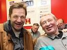 HOKEJOV� LEGENDY. Franti�ek Musil (vlevo) a Jaroslav Hol�k sleduj� derby Havl��k�v Brod - T�eb��.