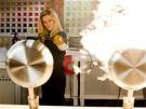 Lauren Scottová (Kate Wihterspoonová) prověřuje kvalitu výbavy do kuchyně,. Plamenometem, přirozeně.