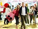 Tuck (Tom Hardy) a Lauren (Kate Witherspoonová) a růžový plyšák z Matějské.