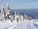 Sjezd po silnici z Lysé hory, na obzoru Babí hora a Pilsko