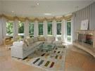 Dům je charakteristický svými oblými stěnami a francouzskými okny.