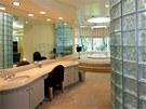 Luxusní koupelna má stěny z luxferů a velkou vířivku.