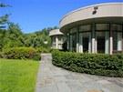 Rezidence se stupňovitými terasami je obklopená upravenou zahradou a lesoparkem