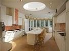 Kuchyně je osvětlená nejen velkorysými okny v obývací části, ale i skleněnou...