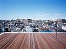 Výhledy na město z terasy v nejvyšším patře domu.