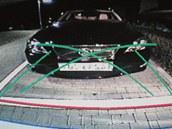 Parkovací kameru má dnes většina luxusních aut, připlatit si za ni můžete i do lacinějších modelů. Na fotce je výstup z kamery v luxusním lexusu, parkovací kameru ale můžete mít třeba i v malinké Toyotě Yaris. Na displeji na přístrojovce pak vidíte, co se děje za autem. Čáry na displeji ukazují, kam až můžete jet: červená vodorovná označuje maximální přiblížení k překážce, zelené pak prostor do kterého se vejdete při vyrovnaných kolech a pak když jsou v plném rejdu.