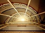 Do jednotlivých podlaží vedou mohutná betonová a železná schodiště.