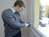 Ing. Pavel Štář kontroluje teplotu stěn - pod špatně osazeným oknem našel i