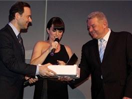 Generální ředitel BMW Group CZ Dr. Josef Reiter předal dárek generálnímu