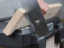V-drážka integrovaná do víka kufru