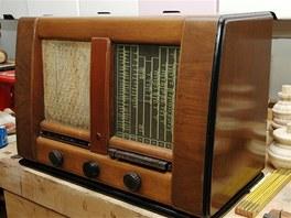 Staré rádio pořád ještě hraje.