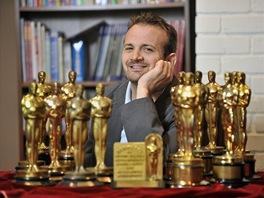 Majitel aukční síně Nate D. Sanders se sbírkou patnácti dražených Oscarů.