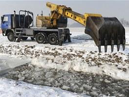 Pracovníci Povodí Odry minulý týden uvolňovali ucpané koryto vodního toku v
